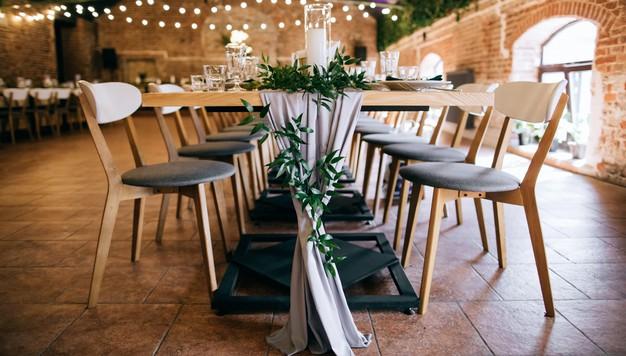 ร้านอาหารโมเดิร์น เก้าอี้ไม้จริง ให้ความรู้สึกที่เป็นธรรมชาติ