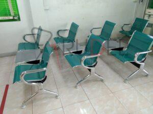เก้าอี้2ที่นั่งเบาะสีเขียว+ที่วางก้ว ธนาคารธกส.สาขาศรีมโหสถ